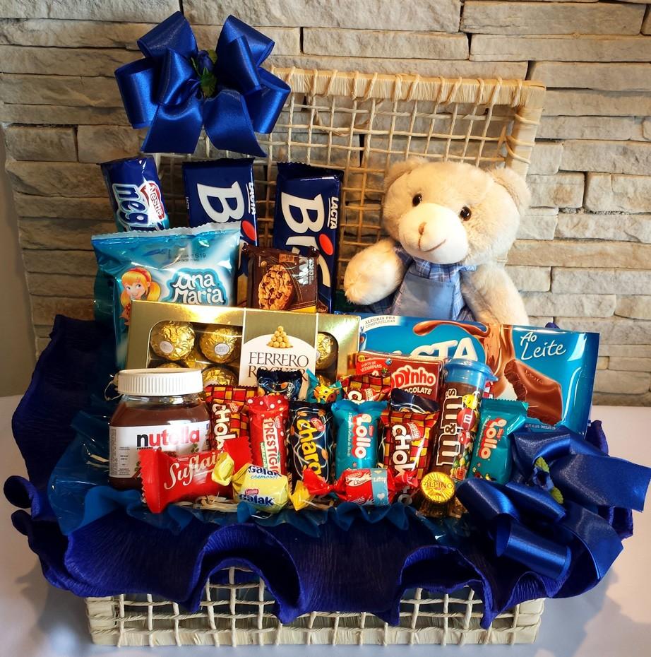 Cesta de chocolates com urso de pelucia cor azul marinho