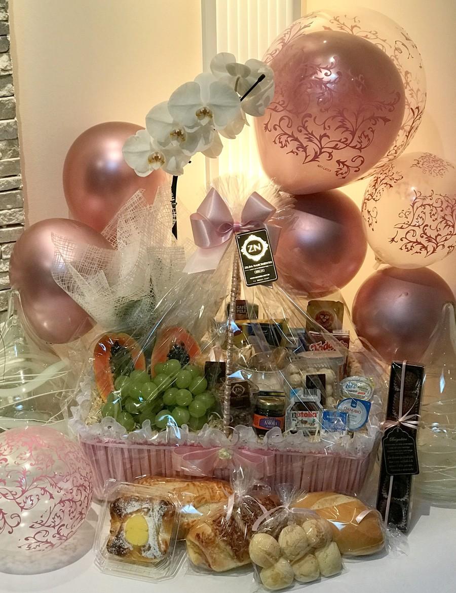 cesta de café com orquídea e brigadeiros cor rosa e bordado ingles