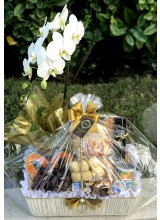 esta de café com orquídea e brigadeiros cor marfim e dourado