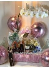 cesta de café com orquídea e brigadeiros cor rosa