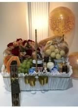 Cesta de café da manhã com rosas e brigadeiros  cor marfim e dourado