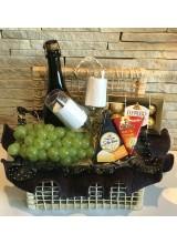 cesta de queijos, vinho e chocolate